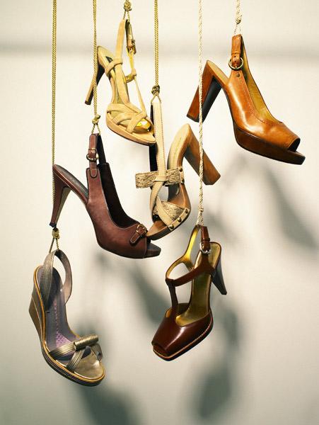 Függő tűsarkú cipők, mint dekoráció