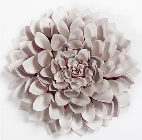 Nagyméretű dália virág a falon