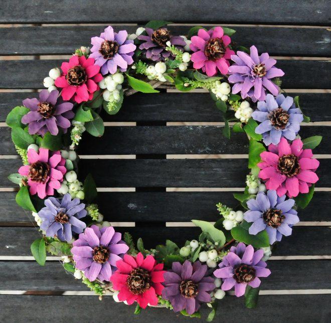 Festett toboz virág koszorú